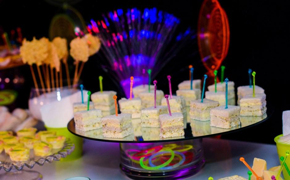 Popolare Festa infantil com o tema de discoteca néon no 'Fazendo a Festa  GA09