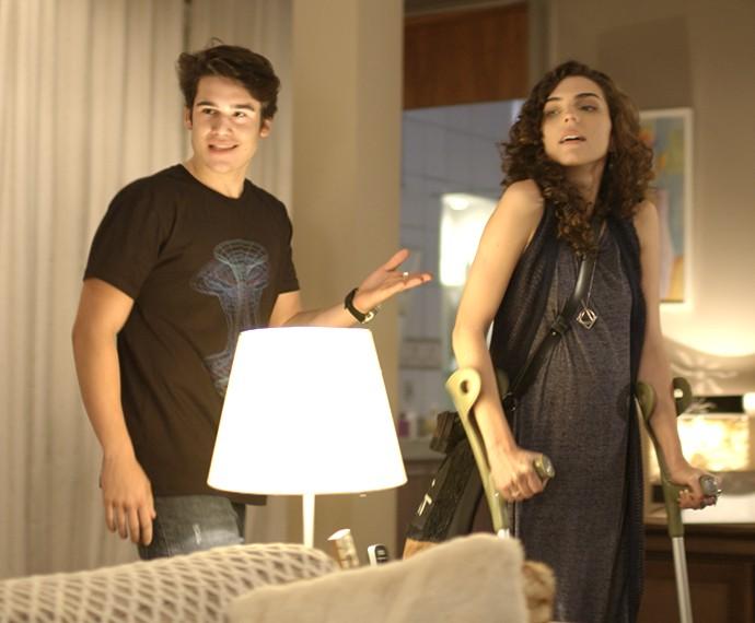 Rodrigo chega em casa com Ciça (Foto: TV Globo)