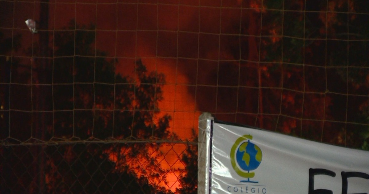 Incêndio atinge área de escola na Zona Sul de Porto Alegre em Rio Grande do Sul