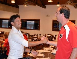 Marlos se despede do capitão Rogério Ceni em Cotia (Foto: Site oficial do SPFC)