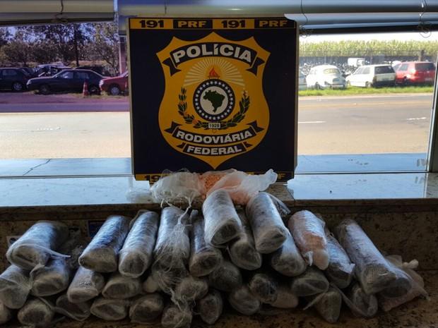 Segundo a PRF, droga estava em carro com placas de Florianópolis (SC); motorista disse que seguiria para Curitiba (Foto: PRF/ Divulgação)