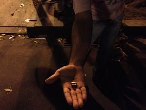 Manifestante mostra cápsula de bala de verdade usada por policiais durante confronto no Centro do Rio (Foto: Priscilla Souza/G1)