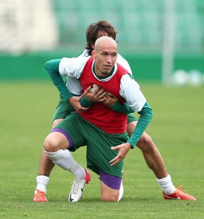 Léo e Petterson treino Guarani (Foto: Marcos Ribolli)