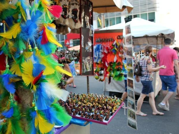 Feira ocorre aos domingos, na Avenida Eduardo Ribeiro  (Foto: Jamile Alves/G1 AM)