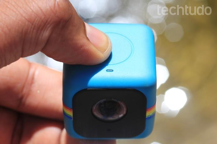 O único botão e a discreta lâmpada da Polaroid Cube facilitam o uso da câmera (Foto: Frederico Canequela/TechTudo)