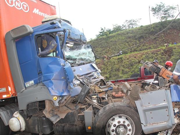 Acidente mata caminhoneiro de Campinas (SP) na Fernão Dias. (Foto: Romildo dos Santos)