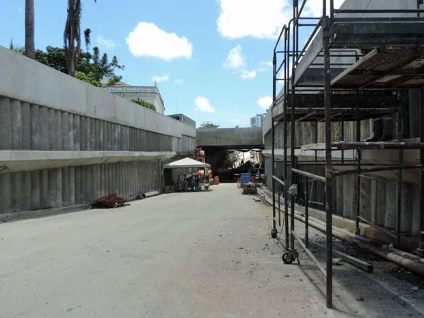 Construção do Túnel da Abolição ainda interdita trecho da Rua Real da Torre (Foto: Marina Barbosa / G1)