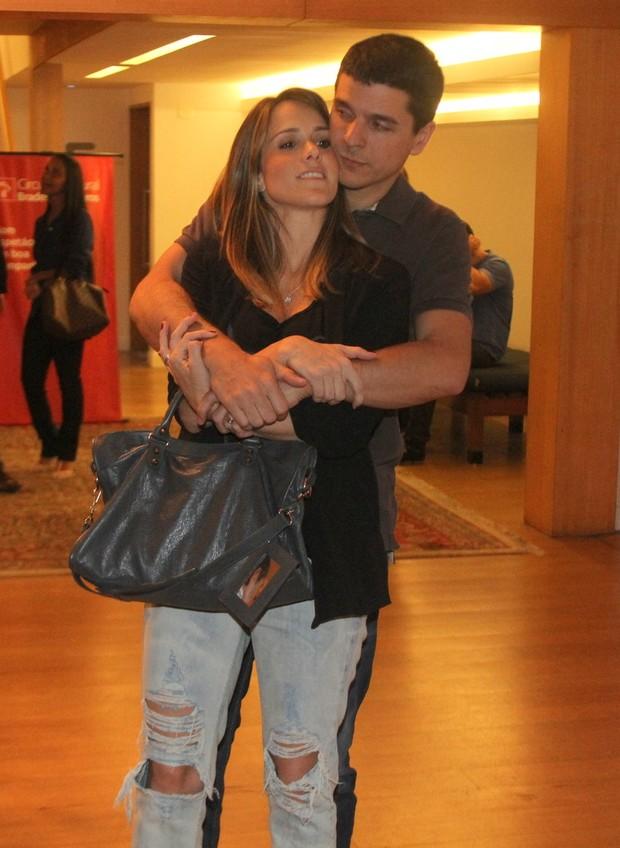 Fernanda Pontes ganha carinho do marido, Diogo Boni (Foto: Daniel Delmiro/Ag News)