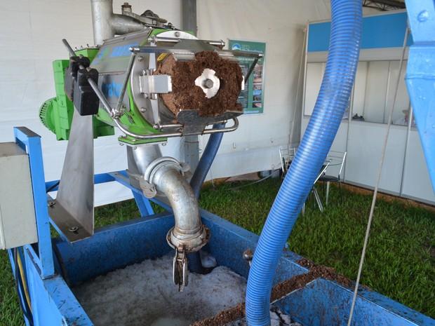Líquido sai do separador e vai para biodigestor, onde o gás poderá gerar energia elétrica (Foto: Adriano Oliveira/G1)