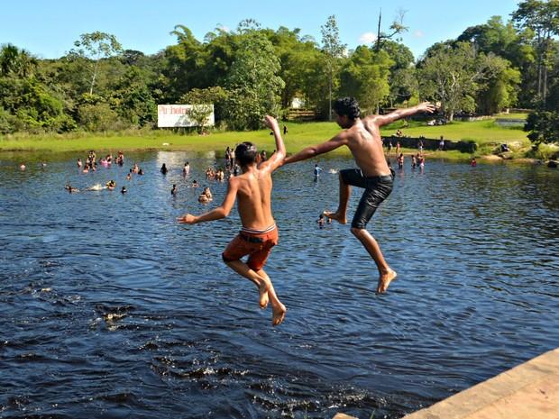 Banhistas aproveitaram feriado no Igarapé Preto, em Cruzeiro do Sul (AC) (Foto: Adelcimar Carvalho/G1)