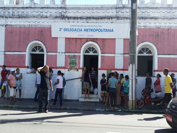 Mulheres e crianças aguardam na expectativa de reverem parentes presos (Foto: Kedma Ferr/TV Sergipe)