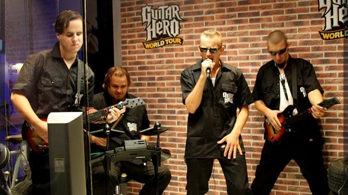 Guitar Hero e seus acessórios permitiram que todos sentissem como é tocar guitarra e montar uma banda (Foto: Reprodução/Wikipedia)