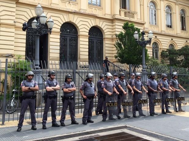 Policiais militares se posicionam em frente à Secretaria Estadual de Educação, na Praça da República, no Centro (Foto: Carolina Dantas/G1)