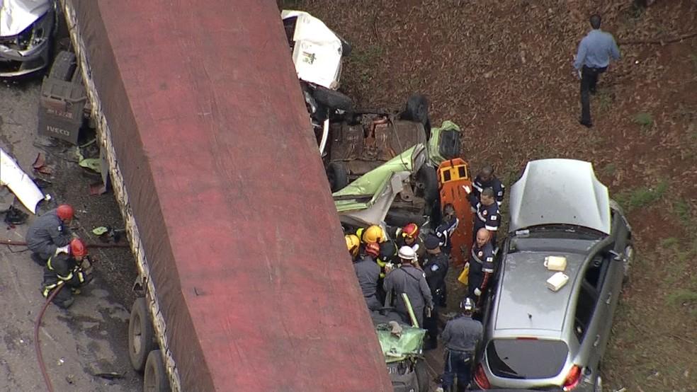 Bombeiros fazem o resgate de feridos no acidente ocorrido na BR-356, em frente ao BH Shopping. (Foto: Reprodução/TV Globo)