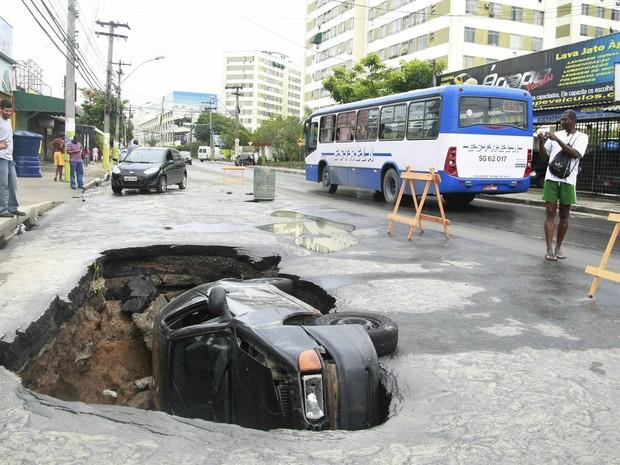 Cratera, carro, São Gonçalo (Foto: Fabiano Rocha/Agência O Globo)