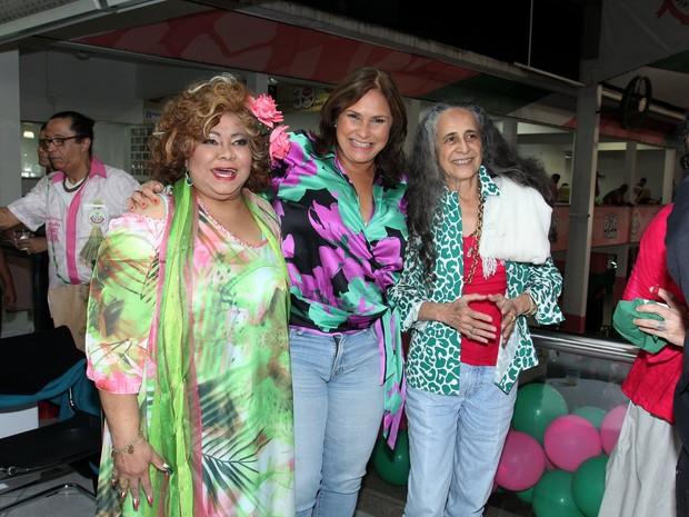 Alcione, Fafá de Belém e Maria Bethânia em festa na quadra da Mangueira, na Zona Norte do Rio (Foto: Alex Palarea/ Ag. News)