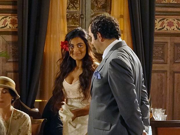 Nacib e Gabriela trocam olhares depois de elogios (Foto: Gabriela/TV Globo)