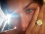 Ludmila Dayer fica noiva e mostra anel de noivado imenso na web