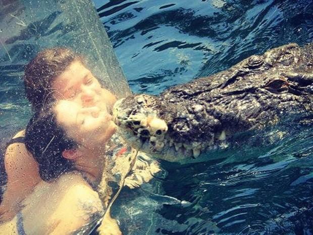Turistas simulam beijar crocodilo enorme (Foto: Reprodução/ Instagram/crocosauruscove)