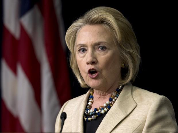 Ex-secretária de Estado dos EUA, Hillary Clinton, discursa sobre a Síria durante evento na Casa Branca, Washington. Hillary reconheceu neste domingo (22) que considera concorrer à Presidência dos Estados Unidos em 2016. (Foto: Carolyn Kaster/AP)