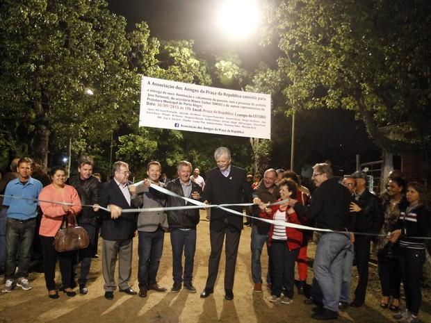 Prefeito durante a inauguração da iluminação após o tiroteio (Foto: Ivo Gonçalves / PMPA)