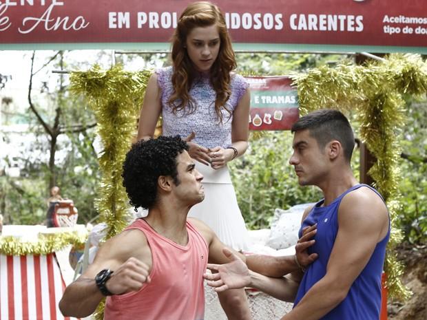 Emerson se irrita com o nadador e parte para cima dele (Foto: Fábio Rocha/ Gshow)