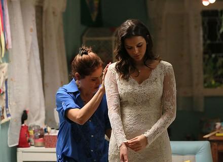 Mari prova o vestido de noiva e emociona Eva e Juju
