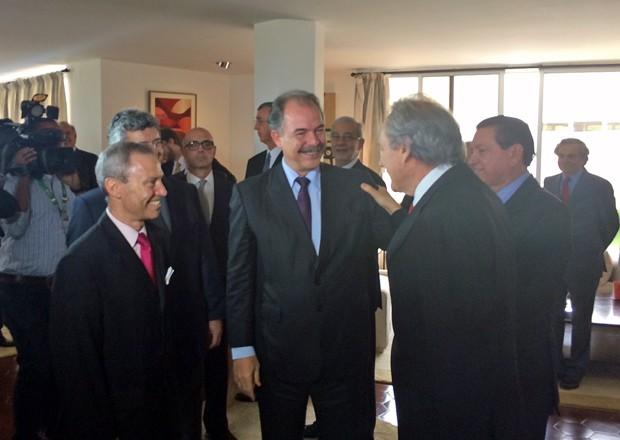 O ministro-chefe da Casa Civil, Aloizio Mercadante, chega à embaixada da Espanha para receber prêmio (Foto: Filipe Matoso/G1)