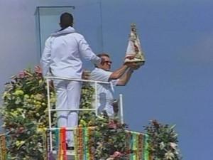 Navio da Marinha Garnier Sampaio faz o traslado com a imagem da santa.  (Foto: Reprodução/TV Liberal)