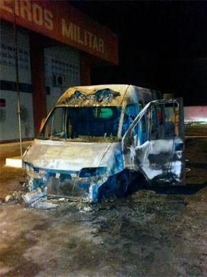 Ambulância do Corpo de Bombeiros em Pau dos Ferros também ficou completamente destruída (Foto: Heráclito Daniel)