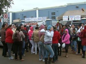 Funcionários em greve protestaram em frente à Santa Casa de Leme nesta quarta-feira (Foto: Ely Venâncio/EPTV)