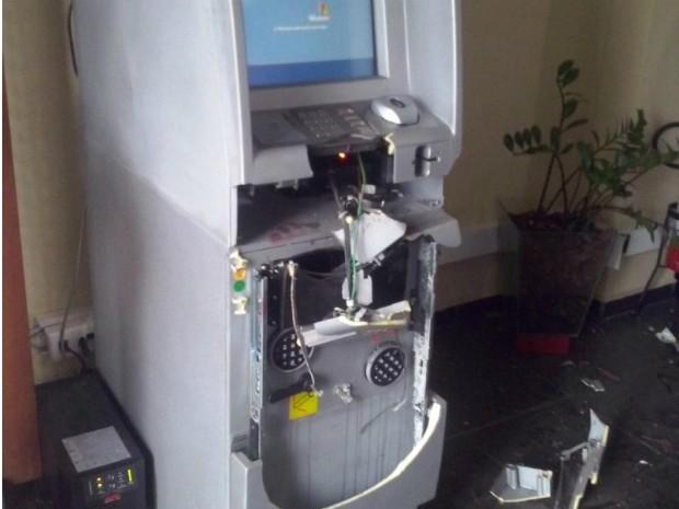 Caixa eletrônico foi explodido e furtado por criminosos (Foto: Arquivo Pessoal/ Internauta)