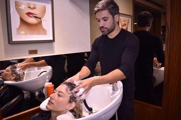 Aplicação do shampoo de algas (Foto: Divulgação )