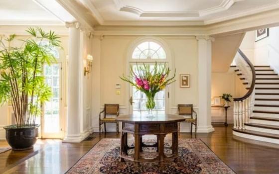 O hall é imponente e mantém o estilo clássico do imóvel (Foto: Reprodução)