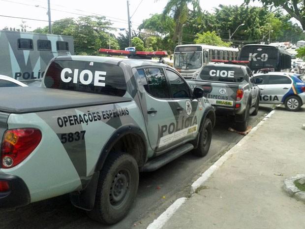 PMs de batalhões especiais foram acionados e estão em frente ao complexo de presídios, no Recife (Foto: Luna Markman/G1)