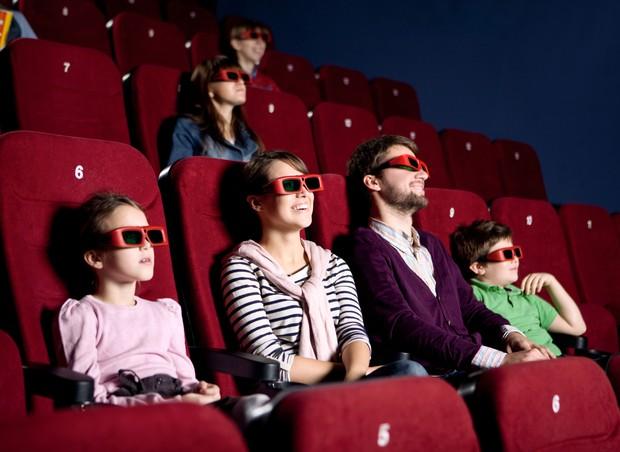 Pessoas assistindo filme no cinema