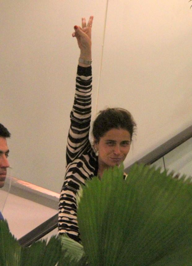 Giovanna Antonelli brinca com paparazzo (Foto: DANIEL DELMIRO / AGNEWS)
