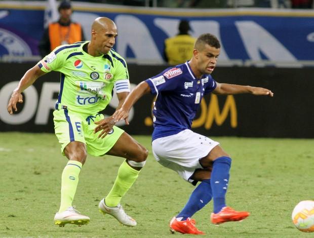 Alisson, atacante do Cruzeiro, contra o Mineros