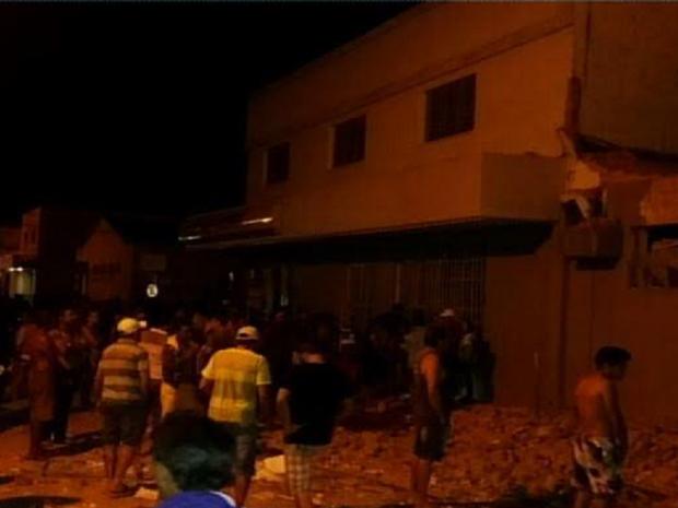 Cerca de 15 homens invadiram a cidade. Uma parte explodiu o banco e a outra trocou tiros com policiais militares.  (Foto: Reprodução/TV Verdes Mares)