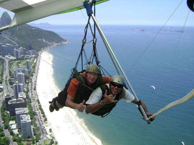 Bill Passman (à esq.) sobrevoando o Rio de Janeiro, em viagem ao Brasil (Foto: Arquivo pessoal/Bill Passman)
