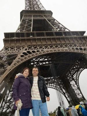 Casal em frente à Torre Eiffel em Paris, na França, poços de caldas (Foto: Marisa Garcia Pereira/Arquivo pessoal)