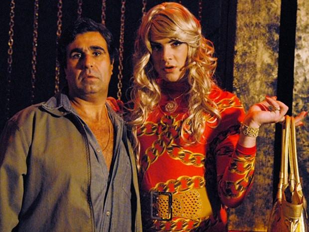 Na trama, o travesti conquistou o amor de Tijolo (Foto: Tapas e Beijos/TV Globo)