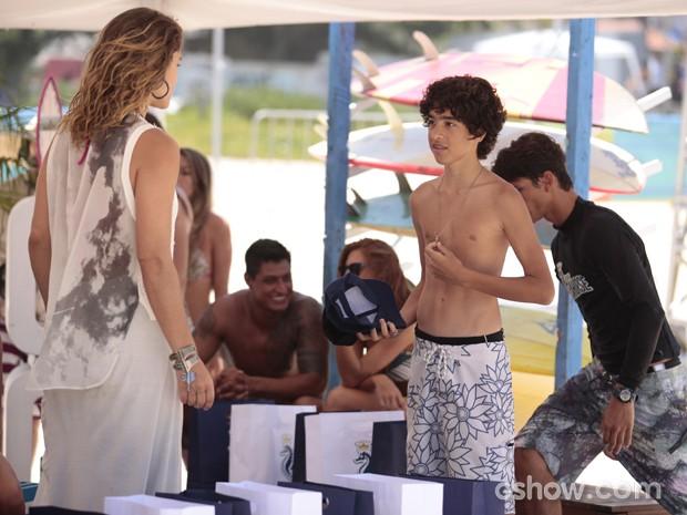 Raquel reconhece a pingete do cavalo marinho (Foto: Pedro Curi / TV Globo)