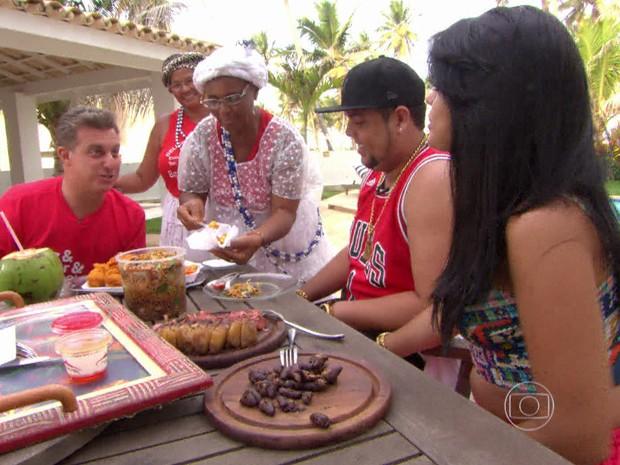 Luciano conversa com Neto e Iolanda na casa do casal (Foto: TV Globo)