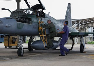 Acionamento de F-5 (Foto: Ten Enilton/Agência Força Aérea)