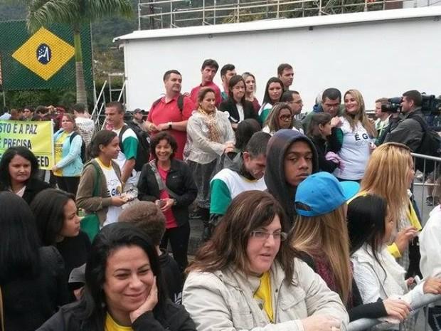 Moradores e turistas aguardam desde cedo a chegada os jogadores à Granja Comary (Foto: Gustavo Garcia / G1)