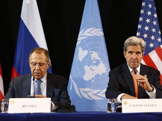 Chanceler da Rússia, Sergey Lavrov (à esqueda) e secretário de Estado dos EUA, Jonh Kerry (Foto: Matthias Schrader/AP)