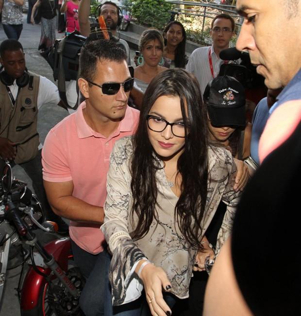 Emilly chega para depor acompanhada por seguranças e pela irmã gêmea, Mayla (Foto: THYAGO ANDRADE/BRAZIL NEWS)
