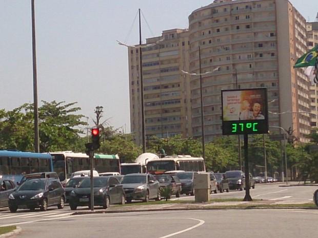 Na divisa entre Santos e São Vicente termômetro marcava 37º C (Foto: Orion Pires / G1)