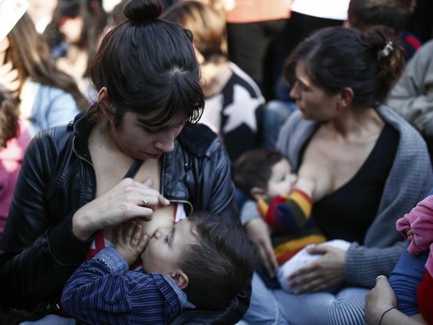 Mães se reuniram em praças públicas das cidades argentinas (Foto: AP Photo/Agustin Marcarian)